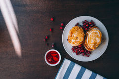 Miele e bacche di Pancakeswith Fotografia Stock