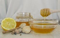 Miele e spezie su una superficie di legno Immagini Stock Libere da Diritti