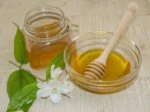 Miele e spezie su una superficie di legno Immagine Stock Libera da Diritti