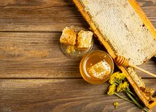 Miele fragrante fresco in un barattolo di vetro su un fondo di legno sulla tavola Tipi differenti di mieli dell'ape Prodotti natu fotografia stock libera da diritti