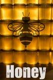 Miele giallo dorato in barattolo di vetro sullo spazio della copia del primo piano del bordo di legno con il textspace di logo de Fotografia Stock Libera da Diritti