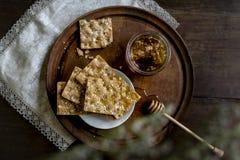 Miele organico con pane duro immagini stock