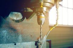 Mielenie krajacz na CNC maszynie przetwarza przekładnia ząb obrazy royalty free