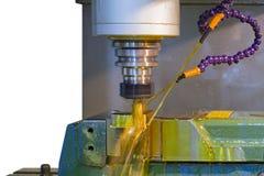 Mielenie maszyny CNC z nafcianym coolant zdjęcia stock