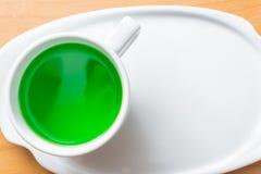 Miellée verte dans une tasse sur une table en bois Image libre de droits