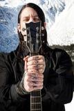 Miembro de la banda con los tatuajes del amor Imágenes de archivo libres de regalías