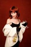 Miembro de la jet-set con la botella roja de latón del pelo y de vino Fotos de archivo libres de regalías