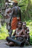 Miembro de una tribu de Asmat con el tambor. Fotografía de archivo