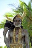 Miembro de una tribu de Asmat con el tambor En el pueblo de Asmates va la preparación para de una ceremonia de Doroe Foto de archivo libre de regalías