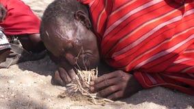 Miembro de una tribu de Samburu que hace el fuego de la manera tradicional almacen de video