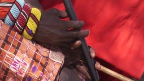 Miembro de una tribu de Samburu que toca el instrumento de viento tradicional almacen de video