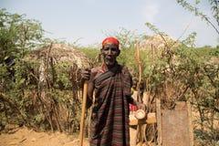 Miembro de una tribu en pueblo africano tradicional foto de archivo