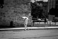 Miembro del vestido religioso cubano de la secta de Santeria en todos los paseos blancos foto de archivo libre de regalías