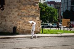 Miembro del vestido religioso cubano de la secta de Santeria en todos los paseos blancos fotografía de archivo