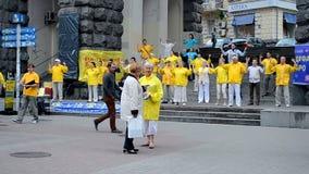 Miembros de enseñanza espirituales de Falun Dafa del Falun Gong meditación, Kiev, Ucrania, almacen de video