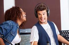 Miembros de la banda que ríen en el estudio de grabación foto de archivo