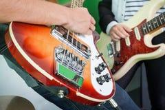 Miembros de la banda que tocan las guitarras en el estudio de grabación foto de archivo libre de regalías