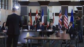 Miembros de la Conferencia Internacional que discuten el bitcoin almacen de video