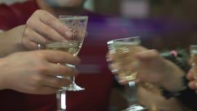 Miembros de la familia alegres que tintinean los vidrios sobre la tabla de cena Niña que come la comida sabrosa Alcohol y el tost almacen de metraje de vídeo