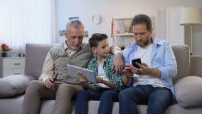 Miembros de la familia de Multiage que eligen presentes en línea, uso que hace compras móvil almacen de video