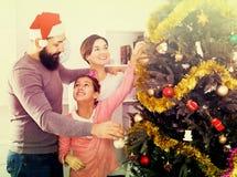 Miembros de la familia que se preparan para la Navidad Fotografía de archivo libre de regalías