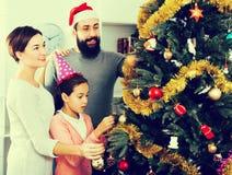 Miembros de la familia que se preparan para la Navidad Imagen de archivo libre de regalías