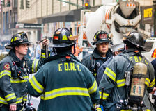 Miembros del cuerpo de bomberos Nueva York Imagen de archivo libre de regalías