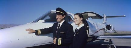 Miembros del equipo de la cabina por un avión Imagenes de archivo
