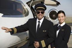 Miembros del equipo de la cabina por un avión Fotografía de archivo libre de regalías