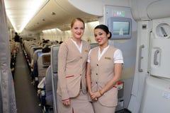 Miembros del equipo de los emiratos en los aviones de Airbus A380 Foto de archivo libre de regalías