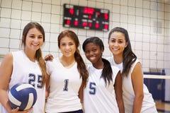 Miembros del equipo femenino del voleibol de la High School secundaria fotografía de archivo