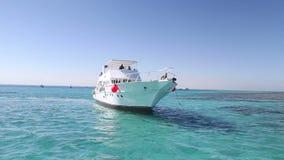Miembros del equipo que anclan el barco al lado de la isla del paraíso en el Mar Rojo metrajes