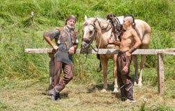 Miembros del festival búlgaro Rozhen en los trajes de soldados eslavos antiguos Imágenes de archivo libres de regalías