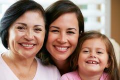 Miembros femeninos de la familia multi de la generación en casa Foto de archivo libre de regalías