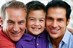 Miembros masculinos de la familia multi de la generación en casa Foto de archivo libre de regalías