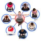 Miembros sociales de la red alrededor de un hombre acertado Fotografía de archivo