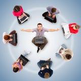 Miembros sociales de la red alrededor de un hombre acertado Fotos de archivo libres de regalías