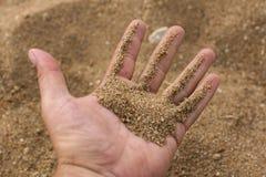Mienie piasek w ręce Zdjęcia Royalty Free