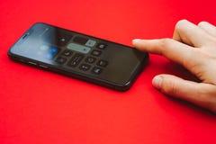 Mienie w ręki Iphone X statku flagowego nowym Jabłczanym smartphone Zdjęcie Royalty Free