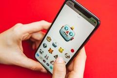 Mienie w ręki Iphone X statku flagowego nowym Jabłczanym smartphone Fotografia Royalty Free