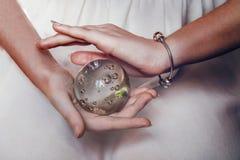 Mienie w twój ręce rozjarzona kula ziemska Obraz Royalty Free