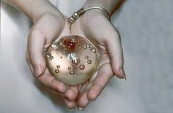 Mienie w twój ręce rozjarzona kula ziemska Zdjęcie Royalty Free