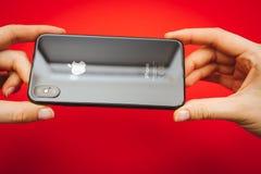 Mienie wewnątrz wręcza nowego Jabłczanego Iphone X statku flagowego smartphone Obrazy Stock