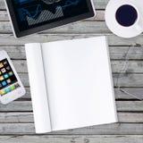 Mienta en smartphone de madera del piso, haga tabletas y ábrase Imagenes de archivo