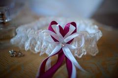 Miente la liga blanca del cordón de la boda Foto de archivo
