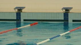 Mientras que espera a los nadadores Fotos de archivo