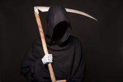 Śmiertelna żniwiarka nad czarnym tłem halloween Obraz Royalty Free