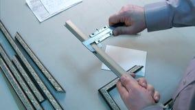 Mierzący rozmiar rama, pisze puszek notatkach w warsztacie Obrazy Stock