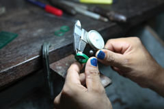 Mierzyć rozmiar pierścionek, złocisty kowala robić Obrazy Royalty Free