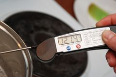 Mierzyć temperaturę Cukrowy gotowanie Syrop przez różnorodnych cukierek scen lub karmel Obrazy Royalty Free